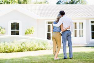 Paar vor Immobilie