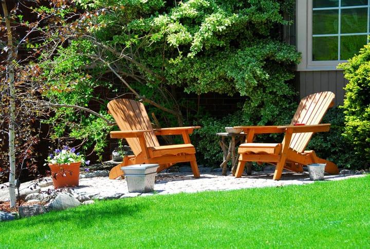 Holzstühle im Garten