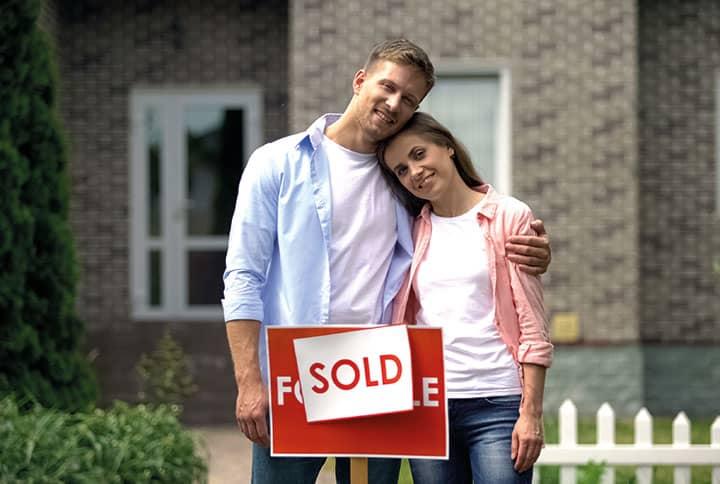 Pärchen das ein Haus verkauft