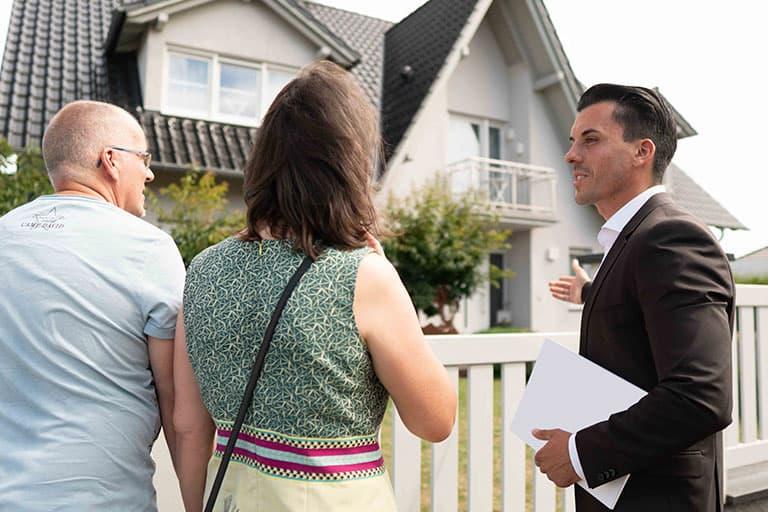 Immobilienverkauf-haus-gespräch-mann-immobilienmarkler