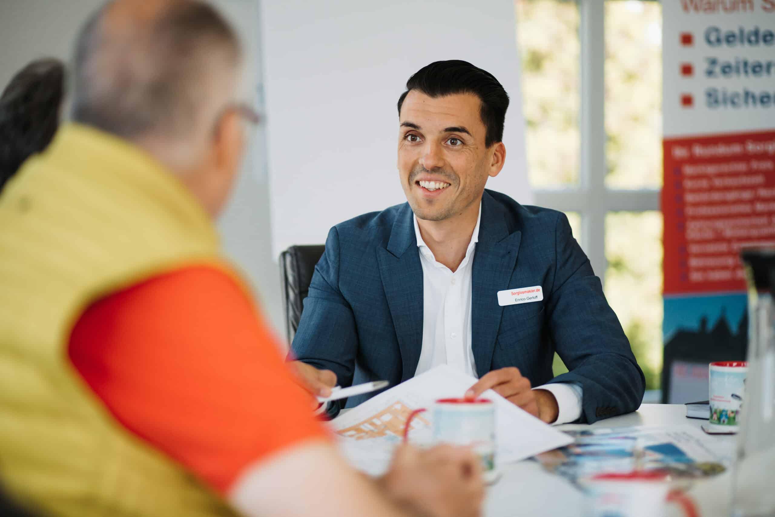 Gespräch-mann-immobilienmarkler