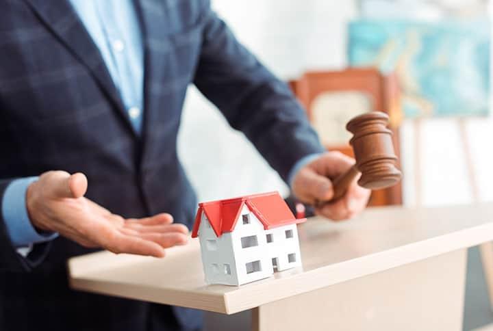 Versteigerung von Immobilien-mann-verkauf-haus