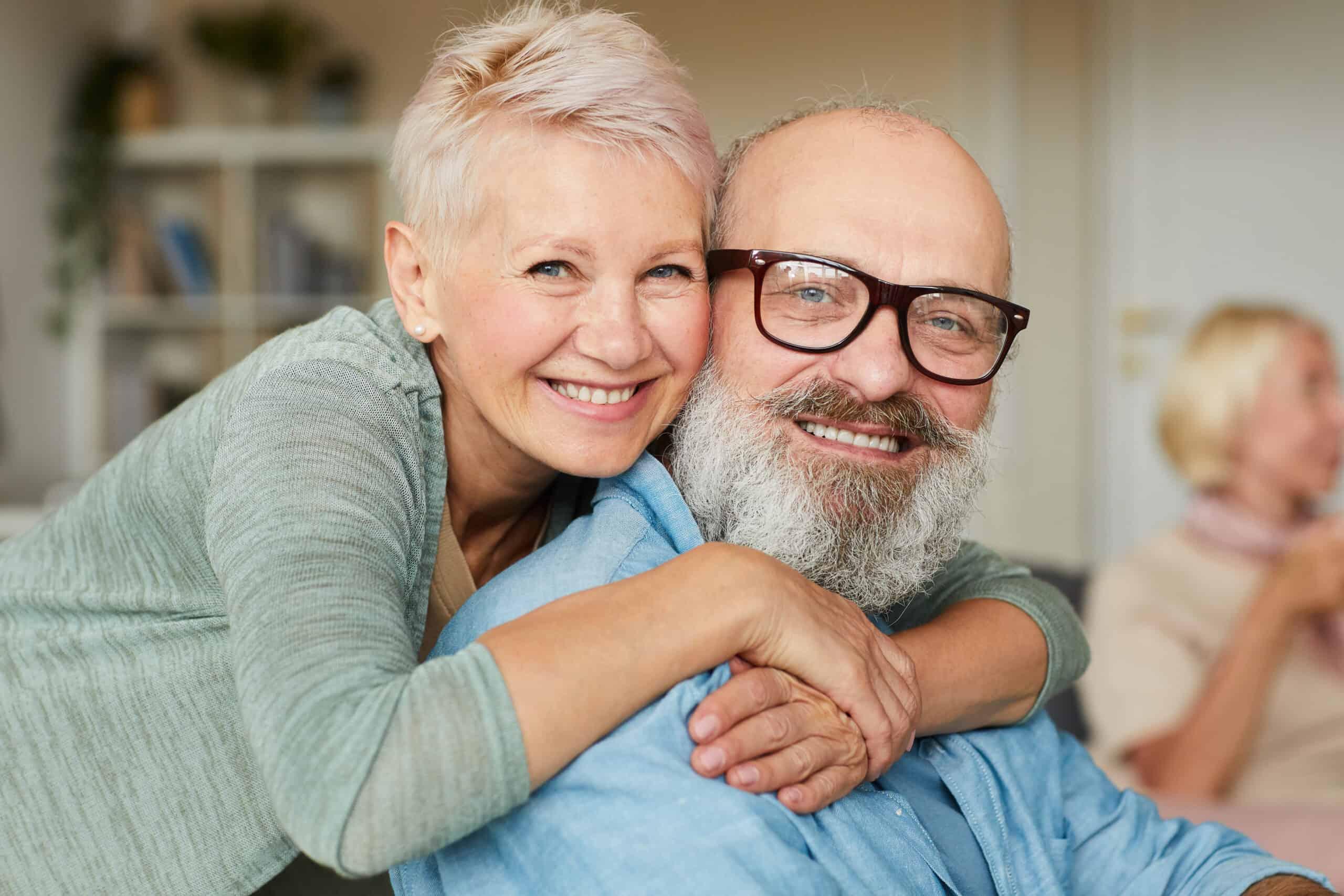 mann-frau-ehepaar-glücklich-immobilienmarkler